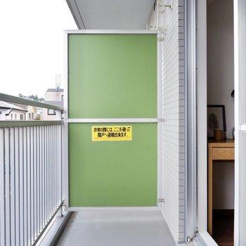 開放感のあるゆったりとしたベランダ。※写真は2階の同間取り別部屋のものです