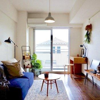 大きな掃き出し窓から柔らかな陽射しを取り込んでいます。※写真は2階の同間取り別部屋のものです