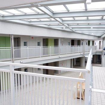 共用廊下。お部屋は2階にあります。