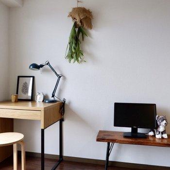 窓際にデスクをおいてリモートワークや趣味の作業もできますね。※写真は2階の同間取り別部屋のものです