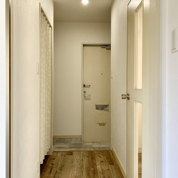 こちらは廊下。左の蛇腹カーテンから脱衣所へ。