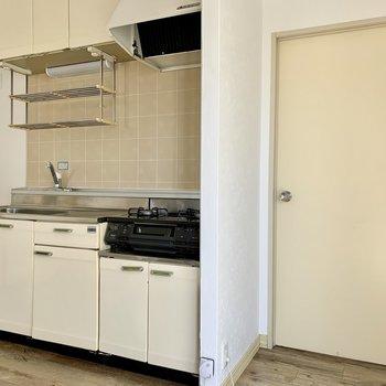 キッチン横の開き戸から間取り図上の洋室へ。