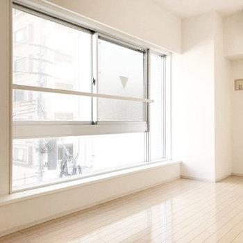 大きな窓が開放感ありますね。(※写真は3階の同間取り別部屋のものです)