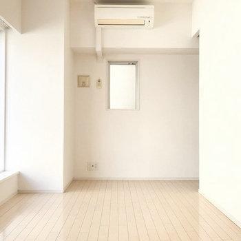 右奥にはキッチンが隠れていますよ。(※写真は3階の同間取り別部屋のものです)