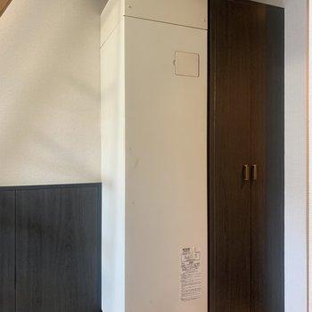 【工事前】玄関横にシューズボックス。白いシートを貼ります!左の電気温水器はそのままになります。