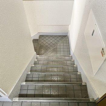 お部屋までは階段で。横幅はすこ〜しスリムかも。大きな家具は組み立てしきにしておこうかな。