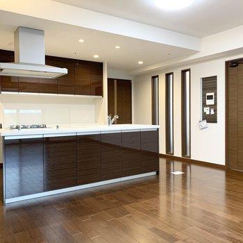キッチンは大きなアイランド型。憧れを抱く方も多いタイプですね。(※写真は11階の同間取り別部屋のものです)