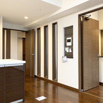 キッチンのお隣にはスリット窓をはさんでドアがふたつ。(※写真は11階の同間取り別部屋のものです)