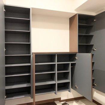 大容量の可動式棚のシューズボックス。傘のポールも付いています。(※写真は11階の同間取り別部屋のものです)