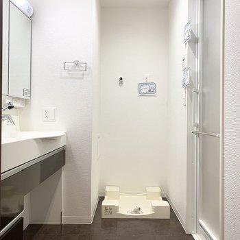 まずはユーティリティから。入って正面に洗濯機置場。(※写真は11階の同間取り別部屋のものです)