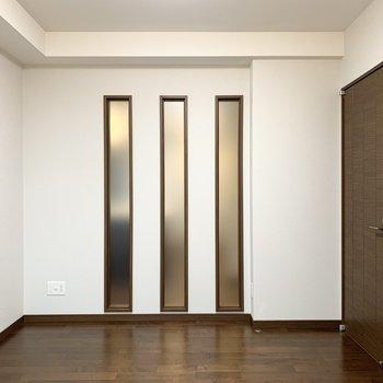 【洋5.9】リビングのスリット窓の向こう側のお部屋です。(※写真は11階の同間取り別部屋のものです)