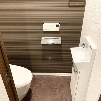 壁掛けのウォシュレット操作盤と手洗い器付です。(※写真は11階の同間取り別部屋のものです)