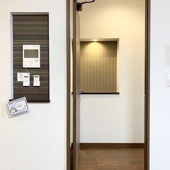 まずは手前のドアから。正面のニッチが素敵ですね。(※写真は11階の同間取り別部屋のものです)