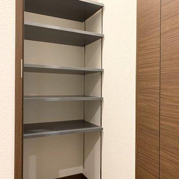 こちらは可動棚の入った玄関クロークです。(※写真は11階の同間取り別部屋のものです)