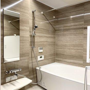 追焚き、浴室乾燥機付のお風呂には、さらにミストシャワーまで!(※写真は11階の同間取り別部屋のものです)