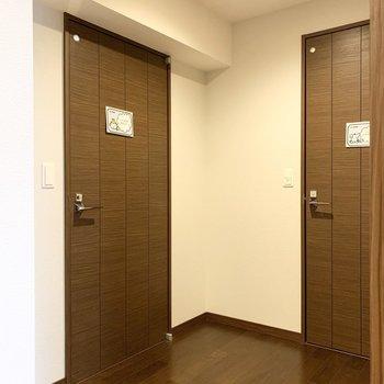 右手に水廻りが。左がユーティリティ、右が御手洗です。(※写真は11階の同間取り別部屋のものです)