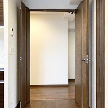 お次は廊下へ。親子扉になっていますので、大きく開くことが可能です。(※写真は11階の同間取り別部屋のものです)