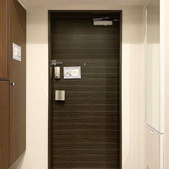 ドアの両サイドにはシューズボックスと全身ミラー。(※写真は11階の同間取り別部屋のものです)