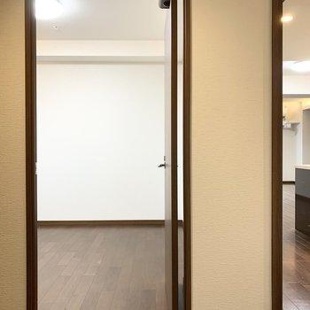 ユーティリティの対面にはもうひとつお部屋が。(※写真は11階の同間取り別部屋のものです)