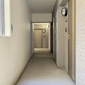 共用廊下も広々、清潔です。
