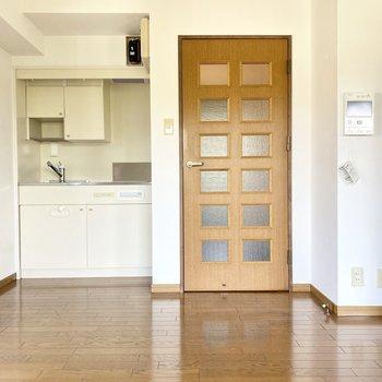 ダイニングに戻って、扉の横にモニターホンとキッチン。