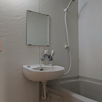 洗面台は浴室にあります。