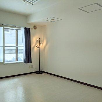 【洋室】窓は南西向きです。※家具はサンプルです。