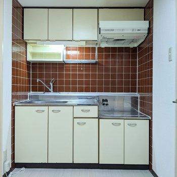 【キッチン】レトロなタイルのキッチンです。