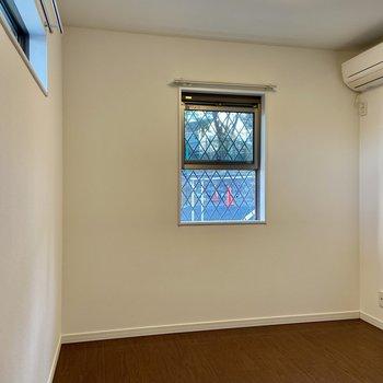 【1階・洋室】こちらは玄関に近い洋室。