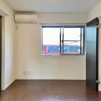 【1階・洋室3】リビングと同じく2面採光です。