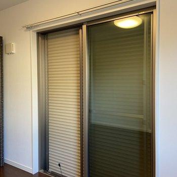 【1階・洋室3】窓にはシャッターが備わっていました。