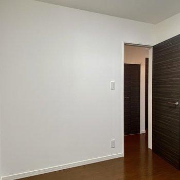 【1階・洋室2】こちらも先程のお部屋と似た大きさ。