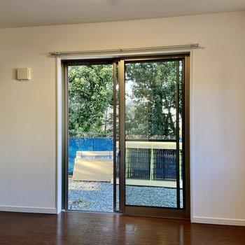 【1階・洋室3】窓際で開放的!