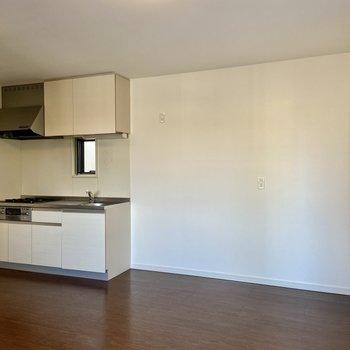 【2階・LDK】キッチンの右側に大きめの冷蔵庫も置けますよ。
