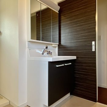 【1階】準備がしやすい3面鏡の洗面台です。