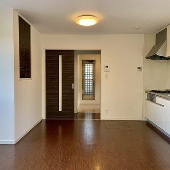 【2階・LDK】テーブルやソファを置いてくつろぎたいですね。