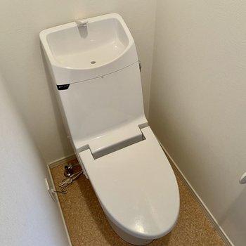 【1階】トイレは温水洗浄便座です。