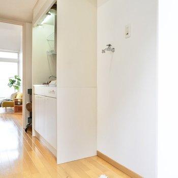 キッチンの右、玄関寄りの位置に洗濯機置き場があります。