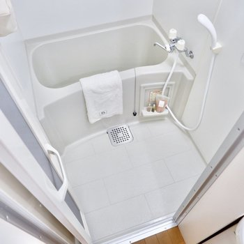 お風呂もシンプルながら綺麗なつくり。