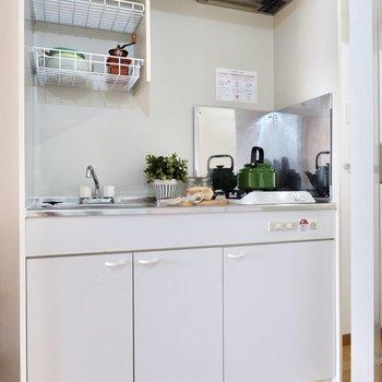 キッチンも淡い色合いです。