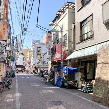 飲食店やコンビニで賑わう町です。