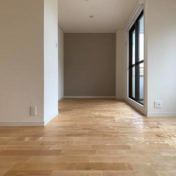 ベッドスペースにはナチュラルなアクセントクロス※写真は5階同間取り、別部屋のもの