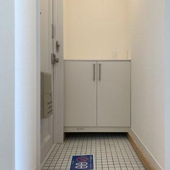 玄関は白タイルで清潔感!※写真は5階同間取り、別部屋のもの
