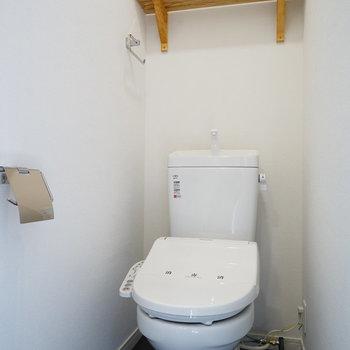 トイレはウォシュレット付き!※写真は2階似た間取り、別部屋のもの