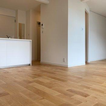 さらりとしたバーチの無垢床に!※写真は5階同間取り、別部屋のもの