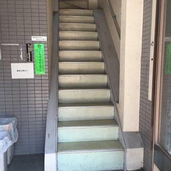 お部屋は階段で4階まで