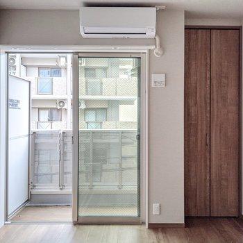 窓と垂直にシングルベッドを置いて、