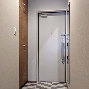 玄関側もヘリンボーン。段差はありません。