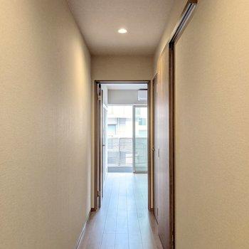 玄関から長い廊下を渡って居室へ。