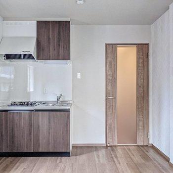 掃き出し窓と対面にキッチン。